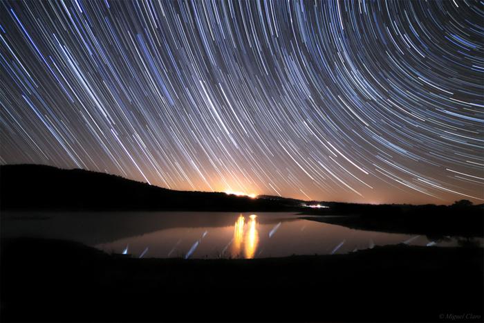 O céu sobre o lago Alqueva. (Foto: Miguel Claro ©)